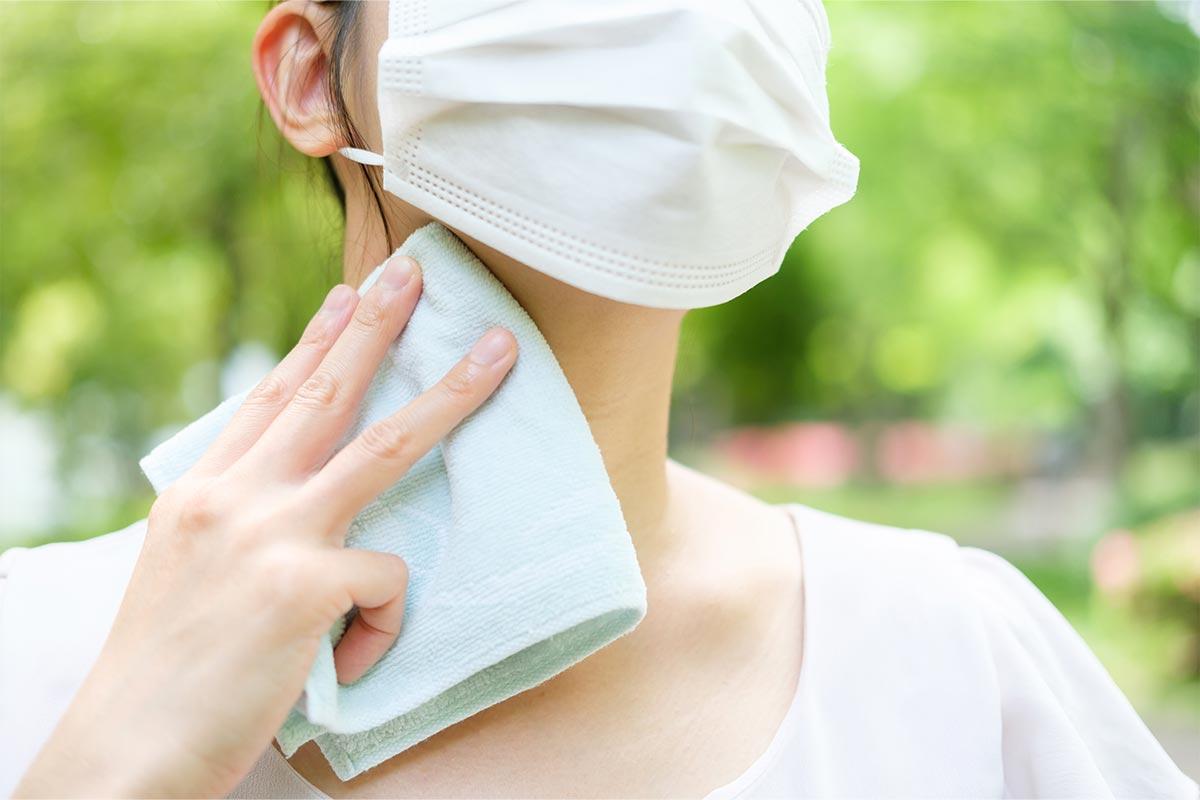 マスク着用時は汗や汚れをふき取る